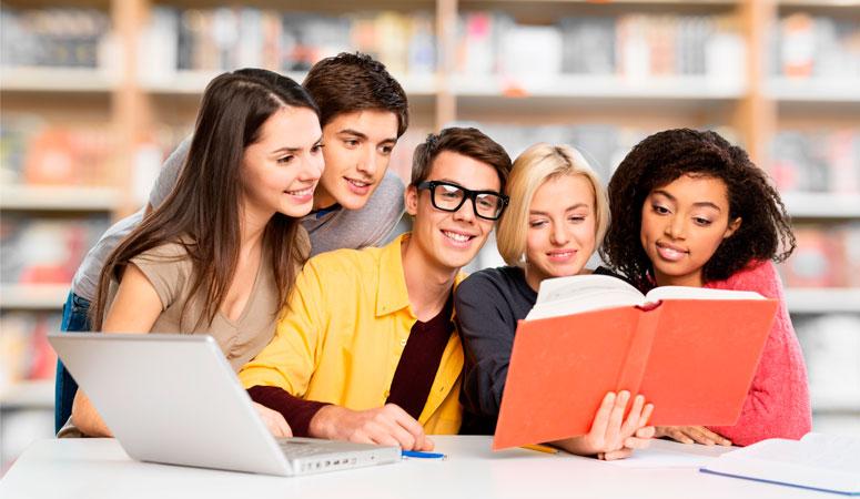 jovens-estudando-juntos