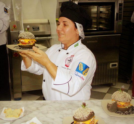 Serrate Queiroz apresentando o Hamburger aos jurados do Prêmio em São Paulo.